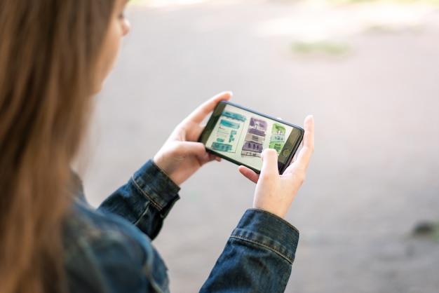 Junges weibliches mädchen mit smartphone