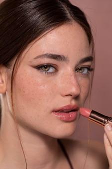 Junges weibliches model mit lippenstift