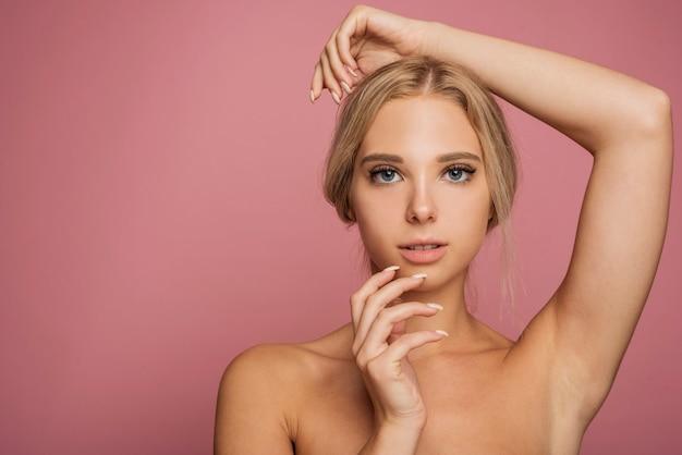 Junges weibliches modell, das mit kopienraum aufwirft