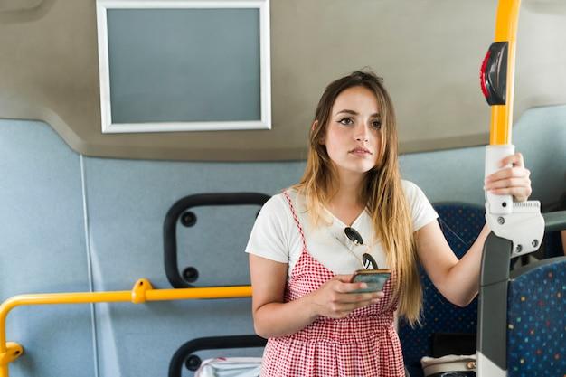 Junges weibliches modell im bus