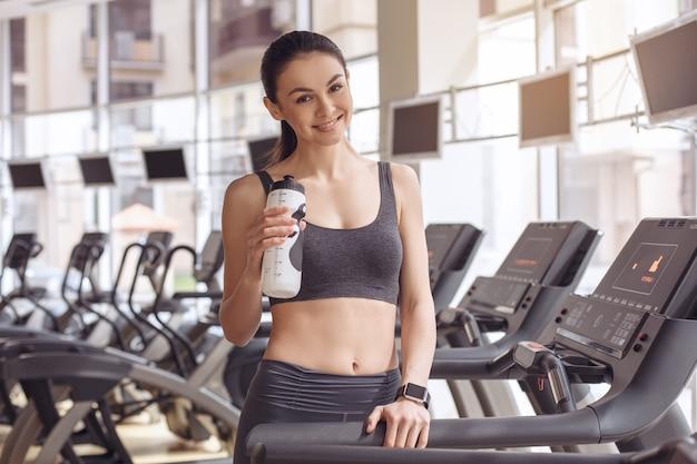 Junges weibliches training im trinkwasser des gesunden lebensstils der turnhalle