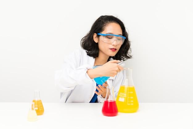 Junges wissenschaftliches asiatisches mädchen