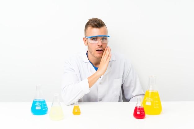 Junges wissenschaftliches mit lots laborflasche etwas flüsternd
