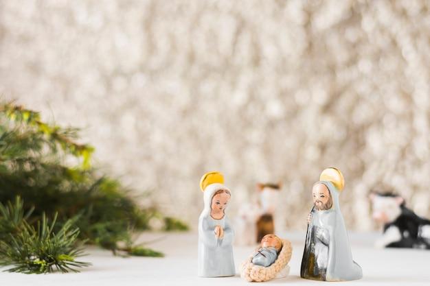 Jungfrau maria mit baby jesus und saint joseph nahe tannenbaum