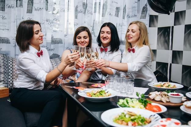 Junggesellenabschied. braut heiratet. foto requisiten jungfernabend. frauen auf einer party. frauen trinken champagner