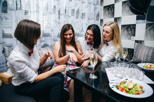 Junggesellenabschied. hochzeitsfeier. frauen auf einer party. frauen trinken champagner