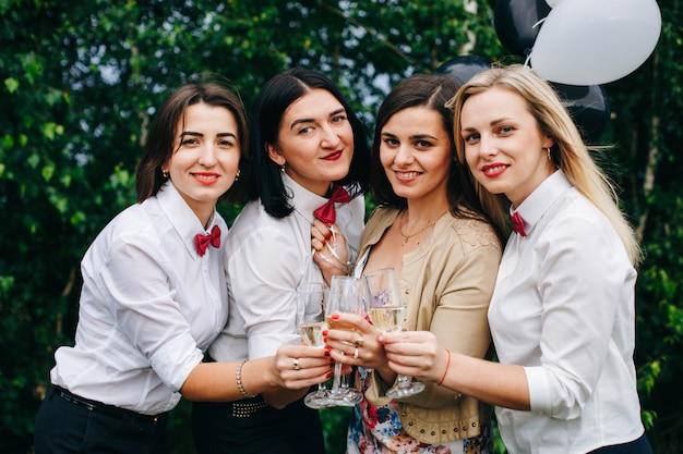 Junggesellenabschied. hochzeitsfeier. frauen auf einer party. mädchen trinken champagner in einem nachtclub.