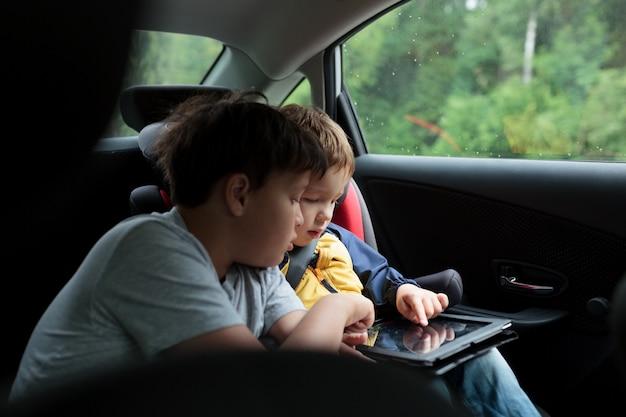 Jungs im auto mit einem touchpad
