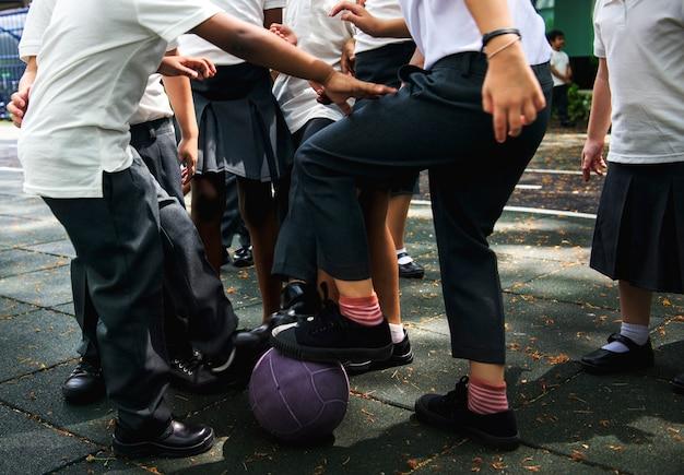 Jungs spielen ball in der schule