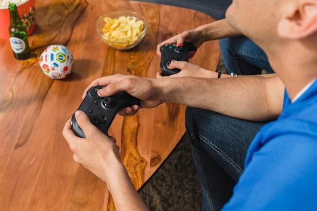 Jungs spielen mit der konsole