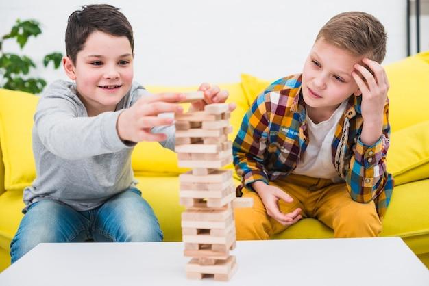 Jungs spielen zusammen