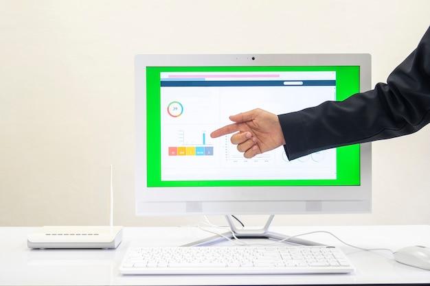 Jungs zeigen von den graphen, die auf dem computer angezeigt werden.