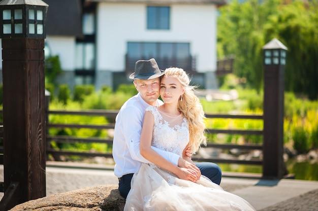 Jungvermählten auf einem sommerweg im park. ukrainische hochzeitspaare in dnjepr.