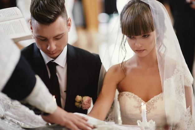 Jungvermählten bei der hochzeitszeremonie in der kirche