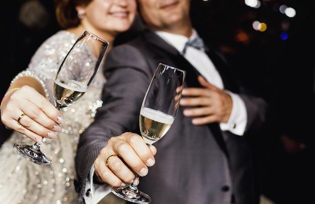 Jungvermählten, die champagnerglas anbieten