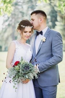 Jungvermählten mit einem strauß dekorativen kohls