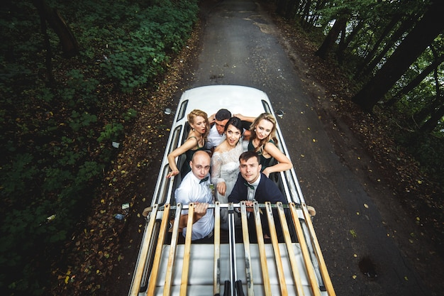 Jungvermählten mit freunden im auto