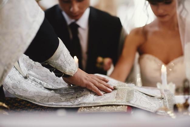 Jungvermählten, paar glücklich bei der hochzeitszeremonie in der kirche.