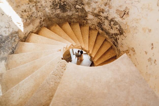 Jungvermählten sind von oben durch die wendeltreppe der alten burg zu sehen
