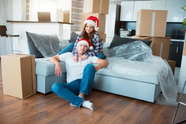 Jungvermähltenpaar feiert weihnachten in ihrer neuen wohnung