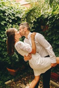 Jungvermähltenpaar küsst und tanzt an ihrem hochzeitstag. union und liebeskonzept.