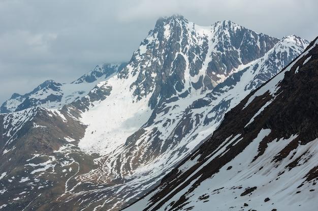 Juni blick vom karlesjoch-alpenberg (3108 m, nahe kaunertal gletscher an der österreichisch-italienischen grenze) über abgrund und wolken.