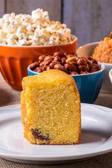Juni party. typische süßigkeiten aus festa junina. maismehlkuchen, popcorn, hominy, kokada, kürbismarmelade und erdnüsse