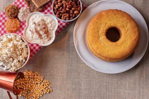 Juni-party. typische süßigkeiten von festa junina. maismehlkuchen, popcorn, hominy, paçoca, cocada, kürbismarmelade und erdnüsse