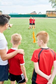 Junior football team üben im feld