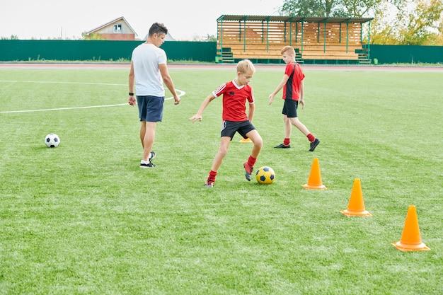Junioren-fußballmannschaft, die im feld trainiert
