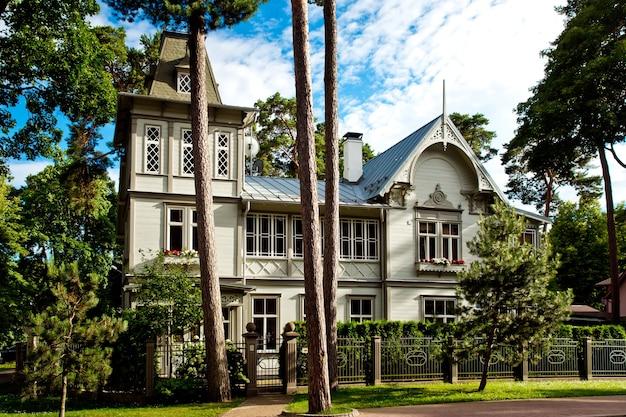 Jurmala, lettland - juli 2017: typische hölzerne lettische häuser, traditionelle jurmala-architektur