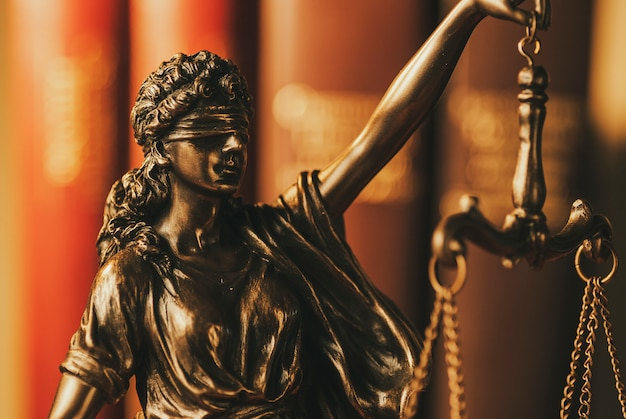 Justiz mit verbundenen augen hält die waage hoch