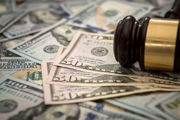 Justizhammer auf dollarbanknoten. rechtskonzept