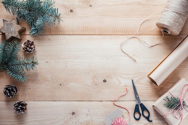 Juteseil und schere aus kraftpapier zum verpacken von weihnachtsgeschenken
