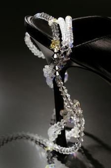 Juwelen um einen modischen schwarzen schuhabsatz