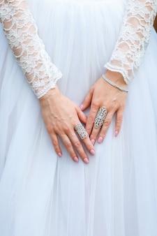 Juwelier armband und ringe an der hand der braut