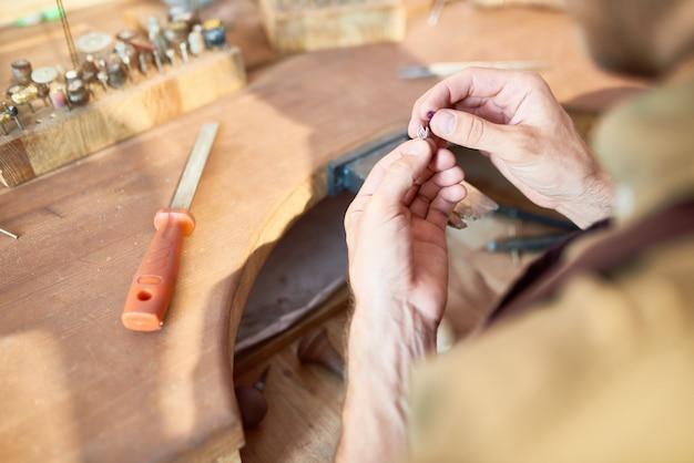 Juwelier, der silberdekoration macht