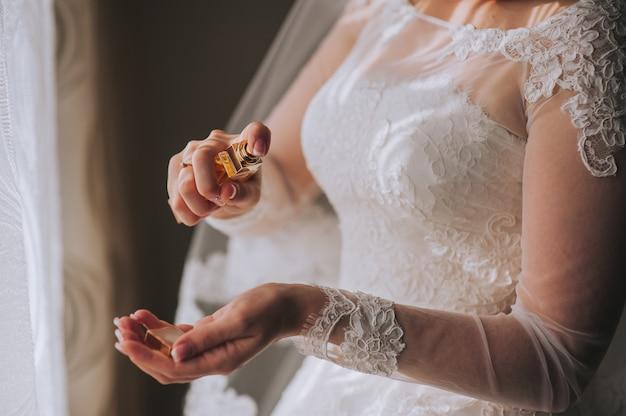 Juwelierarmband an der hand der braut
