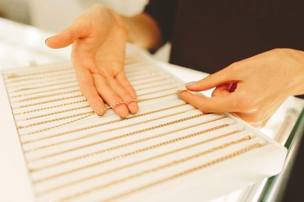 Juweliergeschäft drinnen - kleines unternehmen. gold und diamanten zu verkaufen.