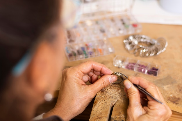 Juwelierhände setzen ein juwel auf ring