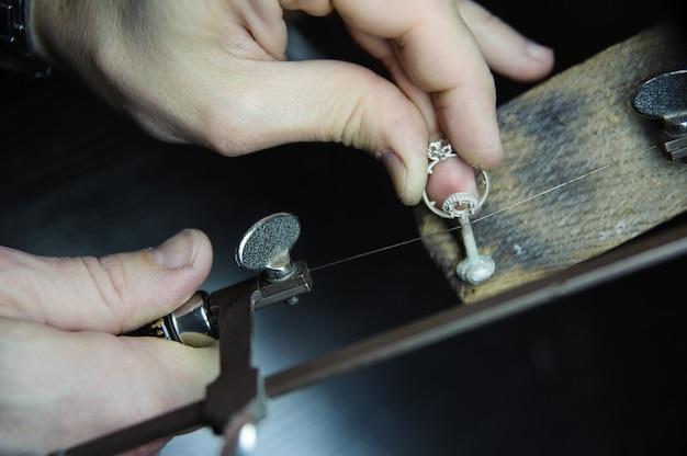Juweliermeister macht den ring. gießen, polieren und endergebnis.