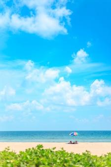 Ka-ron beach in phuket, thailand. weißer sandstrand mit strandschirm.