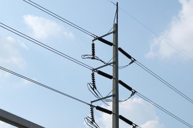 Kabel an einem elektrischen mast