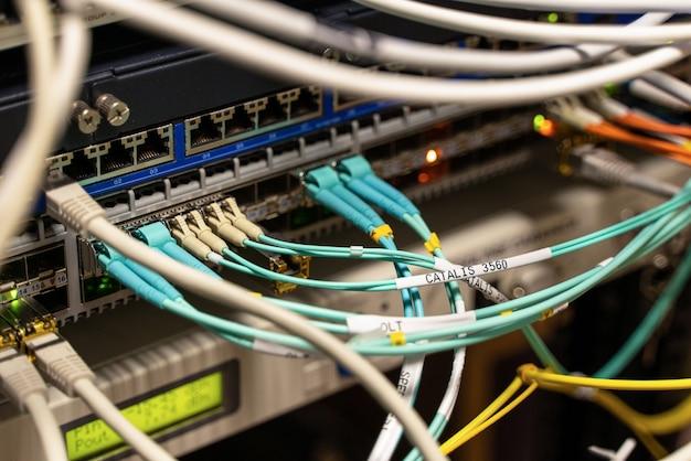 Kabel, die an server in einem kabelraum angeschlossen sind
