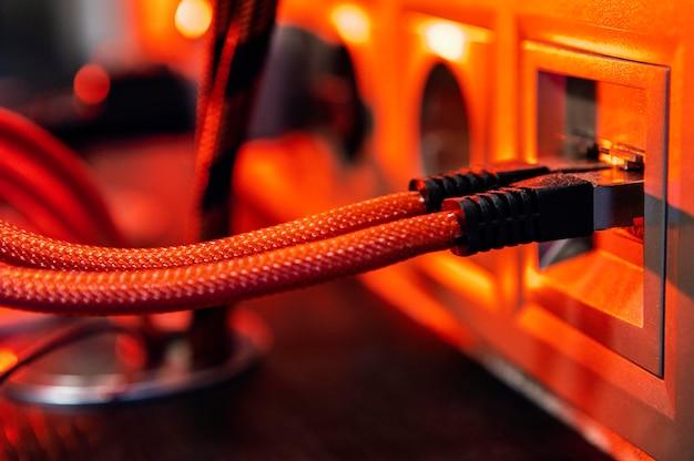 Kabel im rotlichthintergrund