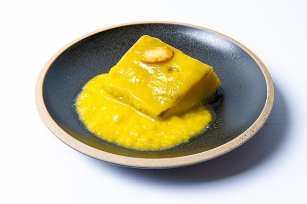 Kabeljau al pil pil auf weißem hintergrund. typisches essen des baskenlandes. spanien