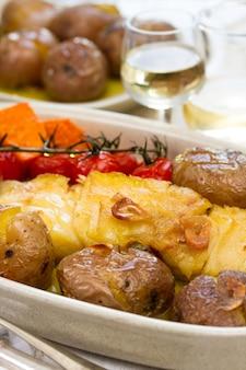 Kabeljau mit kartoffel-tomaten-kirsche auf teller