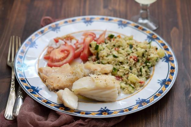 Kabeljau mit quinoa und frischem salat auf gericht