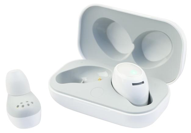 Kabellose kleine kopfhörer in der ladebox