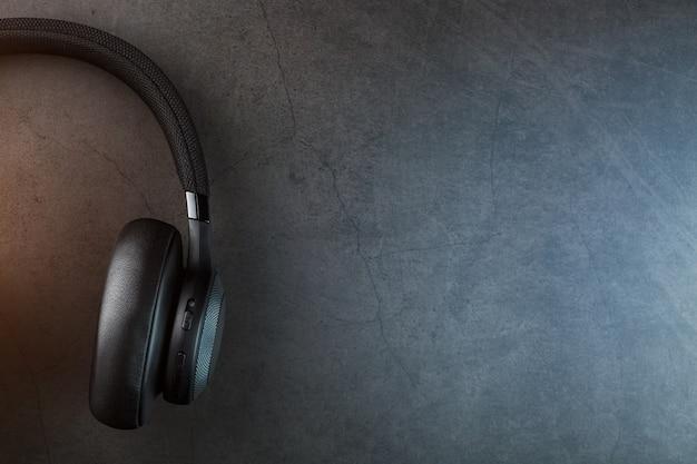 Kabellose schwarze kopfhörer im dunkeln